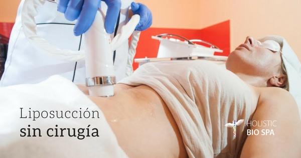 mujer recibiendo tratamiento de liposucción sin cirugía para eliminar grasa y reafirmar el cuerpo