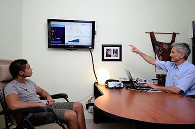 Doctor y paciente con el SCIO de biorretroalimentación quantica en Puerto Vallarta, México